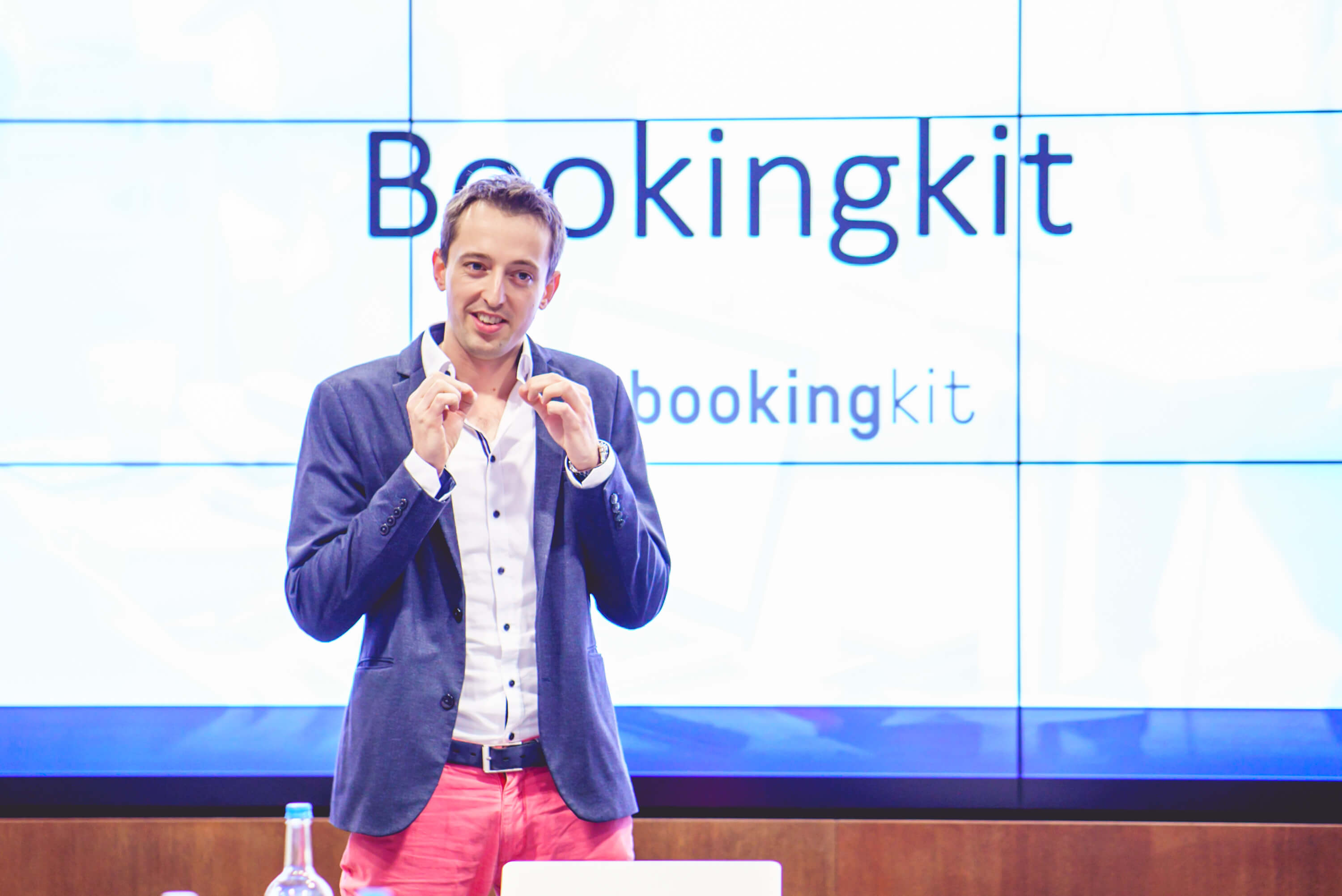 bookingkit-Award-Startup-of-the-Year-2017-VIR-TIC-Lukas-Hempel1